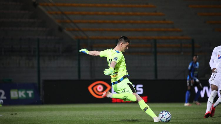 Vincent Planté, l'entraîneur des gardiens de Chambly, a repris du service face à Amiens ce samedi 17 avril.  (DOMINIQUE TOUCHART / MAXPPP)