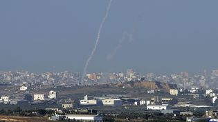 Une roquette du Hamas lancéedepuis Gaza tombe sur Sderot, en Israel, le 11 novembre 2012. (DAVID BUIMOVITCH / AFP)