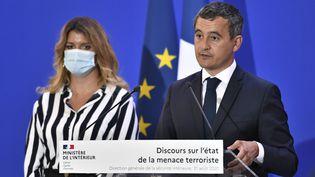 """Le ministre de l'Intérieur Gérald Darmaninet sa ministre déléguée à la Citoyenneté, Marlène Schiappa, s'expriment sur la """"menace terroriste"""" à la Direction générale de la sécurite intérieure à Paris, le 31 août 2020. (STEPHANE DE SAKUTIN /AFP)"""