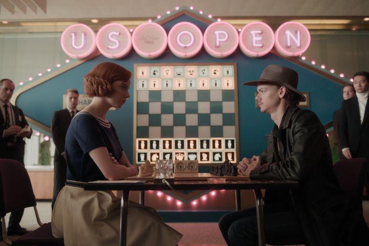 ANYA TAYLOR-JOY (Beth) et TOMAS BRODIE-SANGSTER (Benny) dans Le jeu de la dame sur Netflix. (2020 Netflix, Inc)