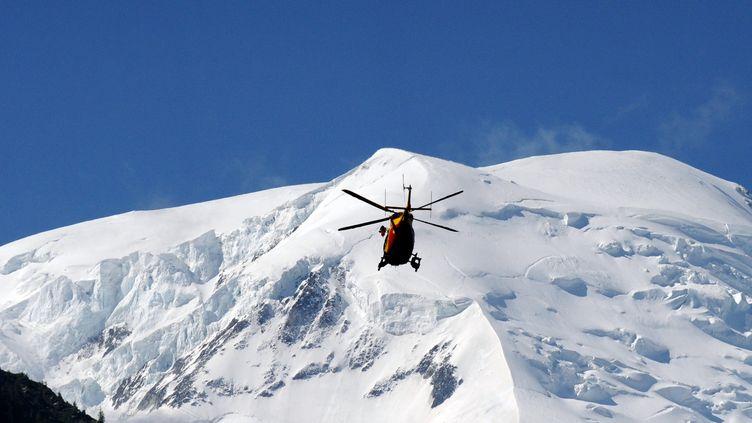 Un hélicoptère survole le mont Maudit, le 12 juillet 2012. (JEAN-PIERRE CLATOT / AFP)