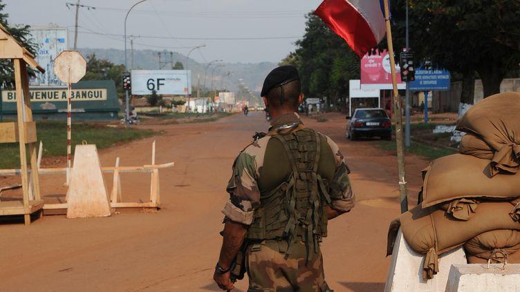 Un soldat français près de l'aéroport de Bangui (Centrafrique), en décembre 2013. (SIA KAMBOU / AFP)