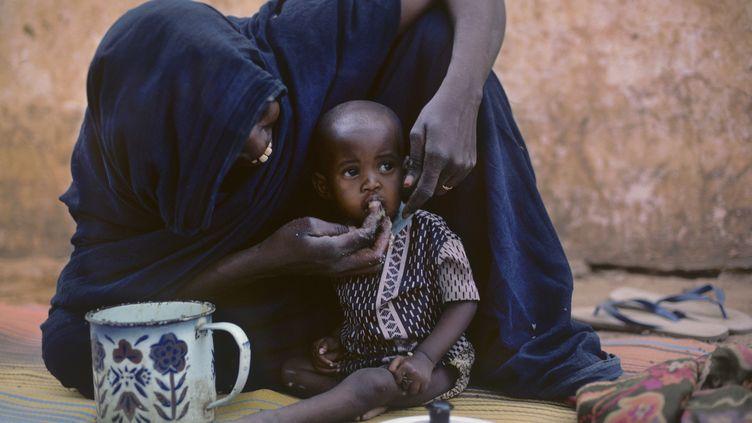 En Mauritanie, une maman nourrit son bébé grâce à l'aide de l'ONG Médecins sans frontières, le 17 mai 2019. (GERARD SIOEN / ONLY WORLD)