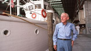 """L'océanographe Jacques-Yves Cousteau devant son bateau, la """"Calypso"""", le 28 août 1986 à Miami (Etats-Unis). (BOB PEARSON / AFP)"""