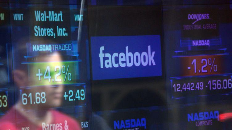 Le logo de Facebook apparaît sur l'écran d'un trader à la Bourse de New York (Etats-Unis), le 17 mai 2012. (EMMANUEL DUNAND / AFP)