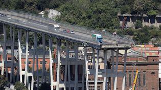 Des véhicules abandonnés sur le pont Morandi à Gênes en Italie, après son effondrement. (VALERY HACHE / AFP)