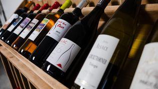 Des bouteilles de vin dans un magasin à Cassagne (Haute-Garonne), le 18 janvier 2020. (LILIAN CAZABET / HANS LUCAS / AFP)