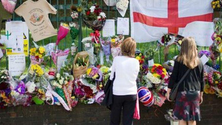 A Woolwich (sud-est de Londres, sur les lieux où un militaire a été tué le 22 mai à coups de poignard et de hachoir par deux hommes, des Britanniques d'origine nigériane qui affirmaient agir au nom de l'islam. (AFP - Leon Neal)