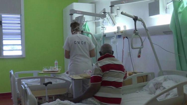 Si en métropole, l'épidémie de Covid-19 continue de régresser fortement, c'est l'inverse qui se passe en Guyane française, où deux personnes dans un état grave, dont une jeune femme, ont dû être évacuées par avion militaire. (FRANCE 3)