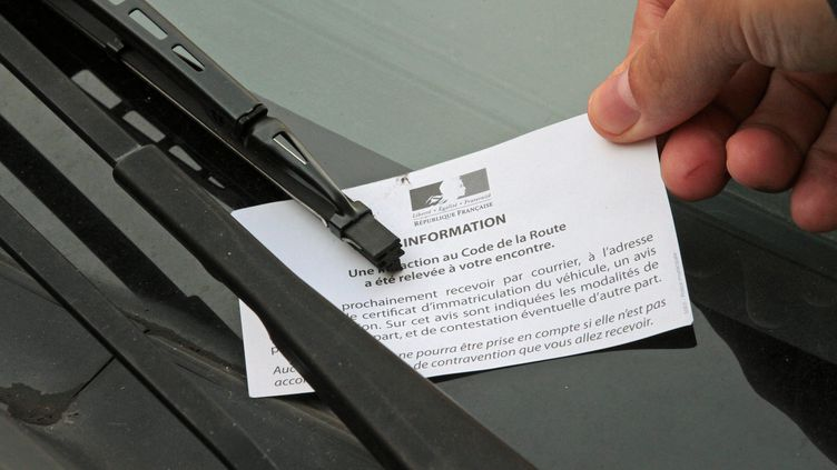 Un agent verbalise un véhicule mal stationné. (Illustration). (DOMINIQUE GUTEKUNST / MAXPPP)