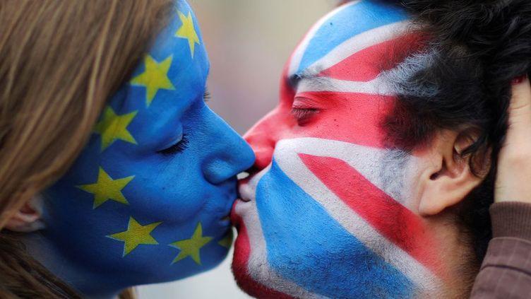 Deux activistes contre le Brexit (Reuters/ Hannibal Hanschke)