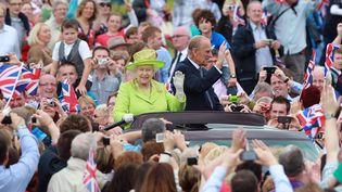 La reine Elizabeth II et le prince Philipp lors du Jubilé de diamant à Belfast (Irlande du Nord), le 27 juin 2012. (PETER MUHLY / AFP)