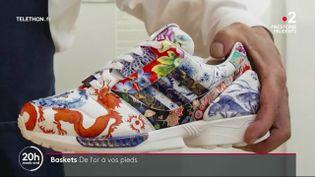 Une paire de baskets sera vendue aux enchères par Sotheby's à partir de lundi 7 décembre. Selon les spécialistes, elles pourraient atteindre près d'un million d'euros. Un exemple de l'engouement pour les sneakers, quel que soit leur prix. (France 3)