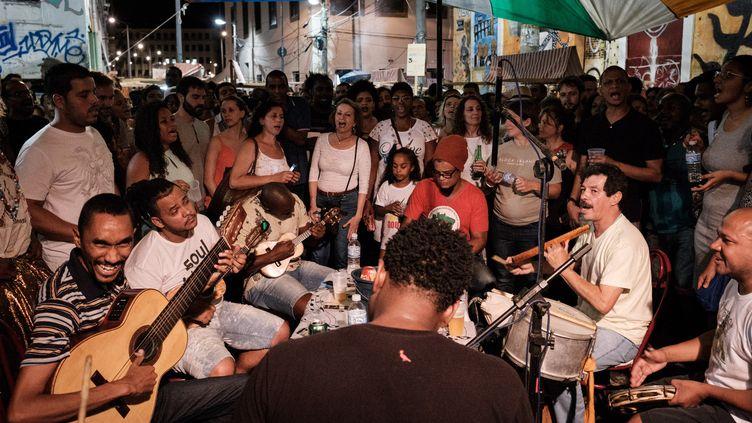 Novembre 2016 : des musiciens de samba chantent dans le quartier de Pedra do Sal, considéré comme le lieu de naissance de la samba à Rio.  (YASUYOSHI CHIBA / AFP)