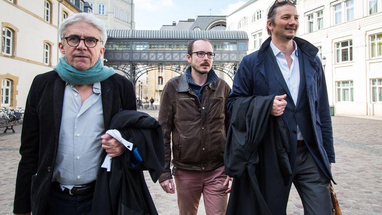 Antoine Deltour entouré de ses avocats, le 15 mars 2017 à Luxembourg. (AURORE BELOT / AFP)