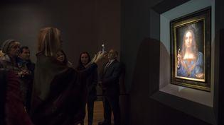 """Le tableau """"Salvator Mundi"""", exposé le 15 novembre 2017, à New York (Royaume-Uni) (DREW ANGERER / GETTY IMAGES NORTH AMERICA)"""
