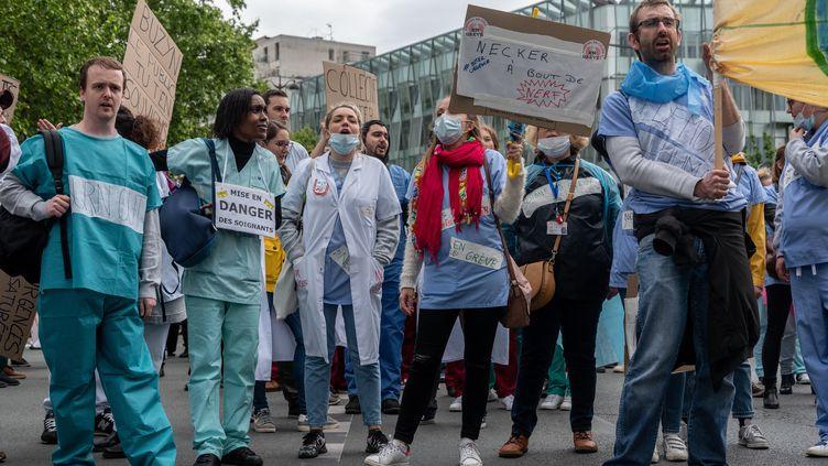 Des manifestants dans les rues de Paris, le 9 mai 2019, pour dénoncer la réforme de la fonction publique. (SAMUEL BOIVIN / NURPHOTO / AFP)