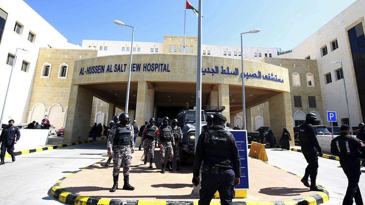 Des soldats devant l'hôpital de Salt (Jordanie) le 13 mars 2021, où sept patients atteints du Covid-19sont morts du fait d'une panne d'oxygène en réanimation. (RAAD ADAYLEH / AP / SIPA)