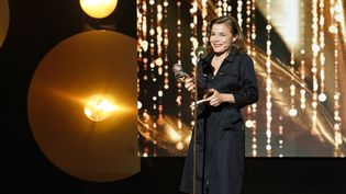 Blanche Gardin reçoit le Molière du meilleur spectacle d'humour, le 28 mai 2015 à Paris. (GEOFFROY VAN DER HASSELT / AFP)