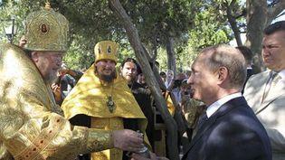 Le président russeVladimir Poutine (à droite), avec derrière lui son homologue ukrainien Viktor Yanoukovitch, assiste à un office religieux à Sébastopol (Crimée) en Ukraine, le 28 juillet 2013. (Reuters - RIA Novosti)