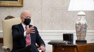 Le président des Etats-Unis Joe Biden dans le Bureau Ovale à la Maison Blanche, à Washington (Etats-Unis), mercredi 17 février 2021. (SAUL LOEB / AFP)