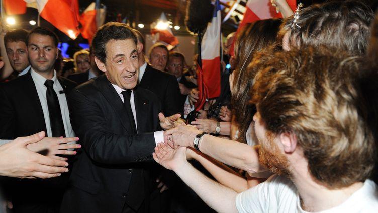 Nicolas Sarkozy salue ses militants lors d'un meeting à Elancourt (Yvelines), le 28 mars 2012. (WITT / AFP)