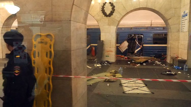 Une rame éventrée par le souffle d'une explosion dans le métro de Saint-Pétersbourg, en Russie, lundi 3 avril 2017. (AFP)