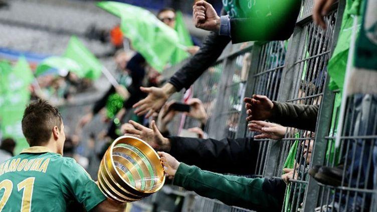 Le Stéphanois Hamouma et la Coupe de la Ligue célébrés par les supporters