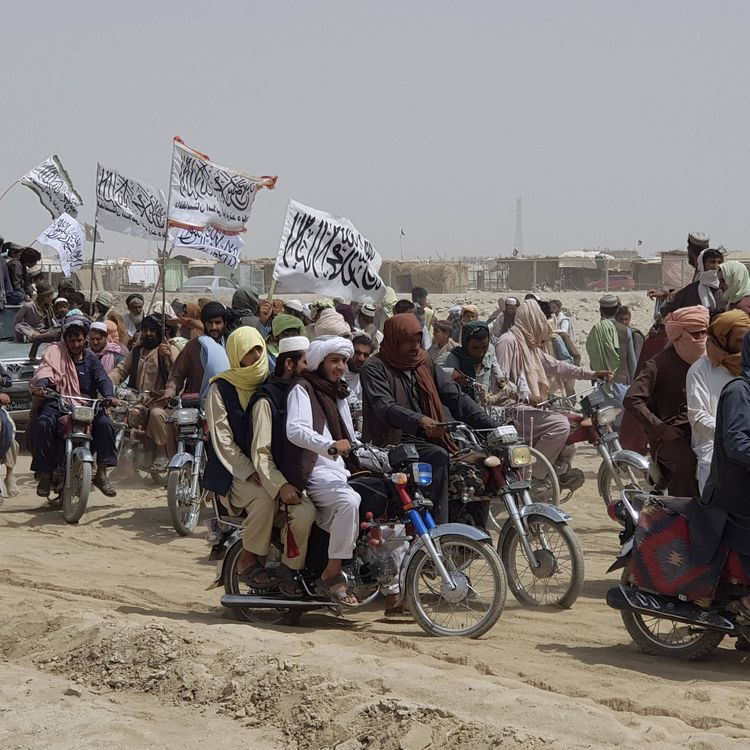 Des soutiens des talibans arborent le drapeau taliban dans la ville de Chaman, au Pakistan, à la frontière avec l'Afghanistan, le 14 juillet 2021. (TARIQ ACHAKZAI / AP / SIPA)