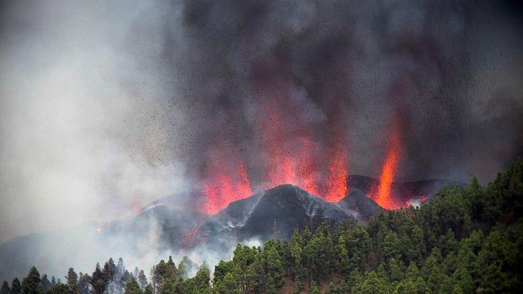 Une éruption volcanique a commencé dimanche 19 septembre autour de Las Manchas, à El Paso (La Palma), après que le complexe Cumbre Vieja ait accumulé des milliers de tremblements de terrela semaine précédente. (MIGUEL CALERO / EFE / VIA MAXPPP)