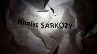 """Un bulletin """"Nicolas Sarkozy"""" froissé, dans une poubelle d'un des bureaux de vote de Bordeaux, le 21 novembre 2016. (REGIS DUVIGNAU / REUTERS)"""
