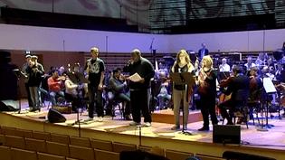 Des slameurs répètent sur scène avec les musiciens de l'Orchestre National de Lille avant le grand concert participatif donné ce 19 mars.  (Culturebox / Capture d'écran)