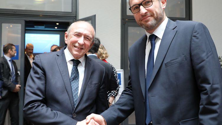 Lesecrétaire généraldusyndicat des commissaires de la police nationale,DavidLe Bars et Gérard Collomb, alors ministre de l'Intérieur, le 4 avril 2018 à Levallois-Perret. (LUDOVIC MARIN / AFP)