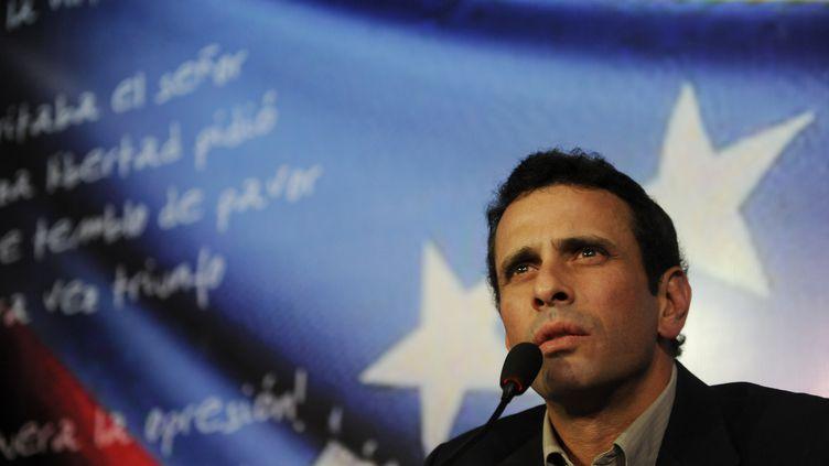 Henrique Capriles lors de l'annonce de sa candidature à l'élection présidentielle du 14 avril, le 10 mars 2013 à Caracas (Venezuela). (LEO RAMIREZ / AFP)