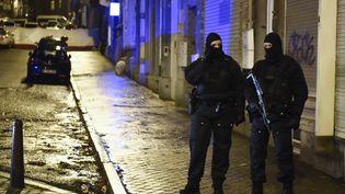 Des policiers belges à Verviers (Belgique) après l'assaut antiterroriste lors duquel ont été tués deux suspects, le 15 janvier 2015. (JOHN THYS / AFP)
