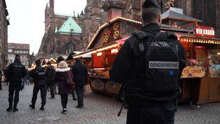 Des gendarmes patrouillent dans les allées du marché de Noël de Strasbourg, le 14 décembre 2018. (PATRICK HERTZOG / AFP)