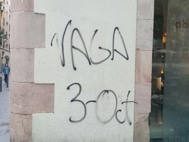 """Un tag """"Vaga"""" (""""grève"""") sur un mur de Barcelone (Espagne), le 3 octobre 2017. (RAPHAEL GODET / FRANCEINFO)"""