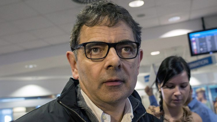 Rowan Atkinson arrive à l'aéroport de Budapest pour le tournage de Maigret (6 septembre 2015). Le premier épisode de la série sera sur France 3 dimanche 19 février  (Bea Kallos / EPA / MaxPPP)