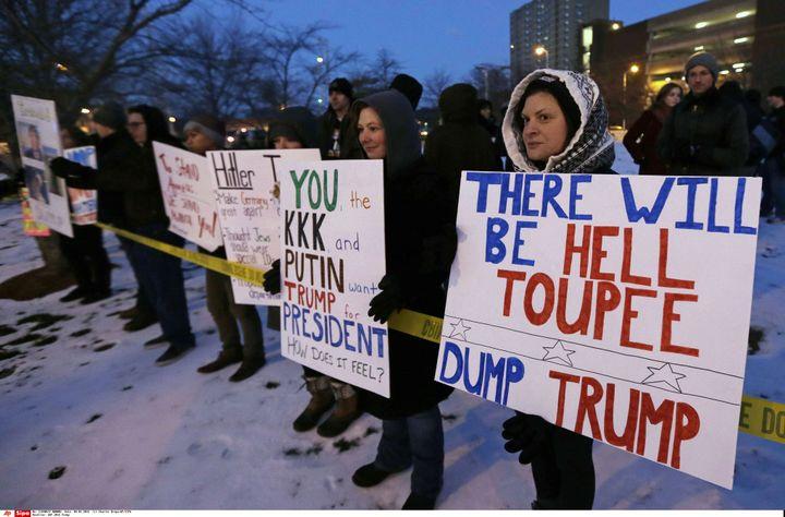 Des manifestants à Lowell (Etats-Unis), le 4 janvier 2016, à l'occasion d'un meeting de Donald Trump. (CHARLES KRUPA / AP / SIPA)