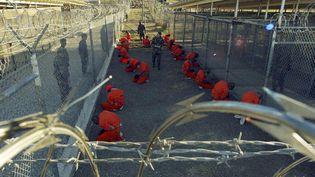 Les premiers détenus sont arrivés le 11 janvier 2002. Vêtus d'une combinaison orange, encagoulés et menottés, ils étaient détenus dans des cages à l'air libre dans le camp « X-Ray ». (REUTERS)