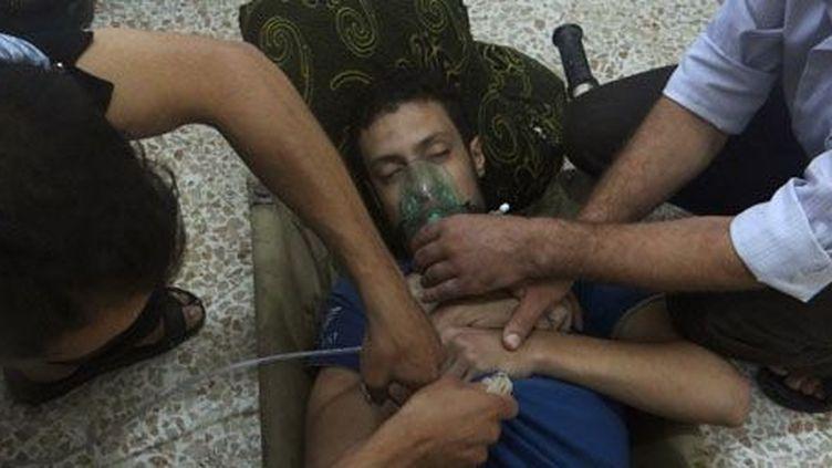 Photo d'un homme souffrant d'un problème respiratoire à Jesreen, dans la banlieue de Damas, le 21 août 2013. Selon les rebelles syriens, cet homme a été touché par des émanations de gaz sarin lors d'une attaque à l'arme chimique déclenchée par l'armée du régime Assad. (Reuters - Ammar Dar)