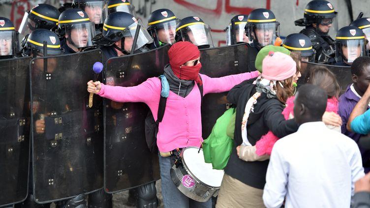 Des manifestants s'opposent aux forces de l'ordre, venuespar crainte de trouble à l'ordre public et d'affrontements avec des militants d'extrême droite. (PHILIPPE HUGUEN / AFP)
