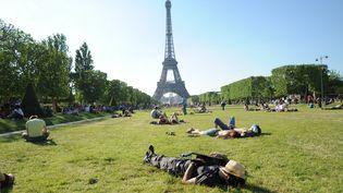 Sieste générale sur la pelouse du Champ de Mars, à Paris. (PIERRE NEVEUX / FRANCE-INFO)