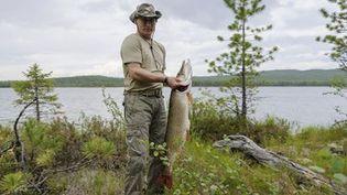 Le président russe, Vladmir Poutine, en train de poser avec un brochet de 21 kg, attrapé le 20 juillet 2013 dans la région de Krasnoïarsk en Sibérie. (Reuters - Alexei Nikolskyi/RIA Novosti/Kremlin )