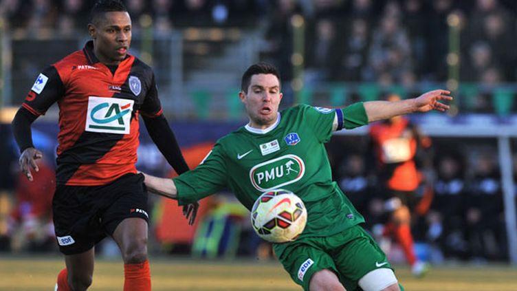 Le joueur de Guingamp Claudio Beauvue à la lutte avec Cyril Guillou (Yzeure)