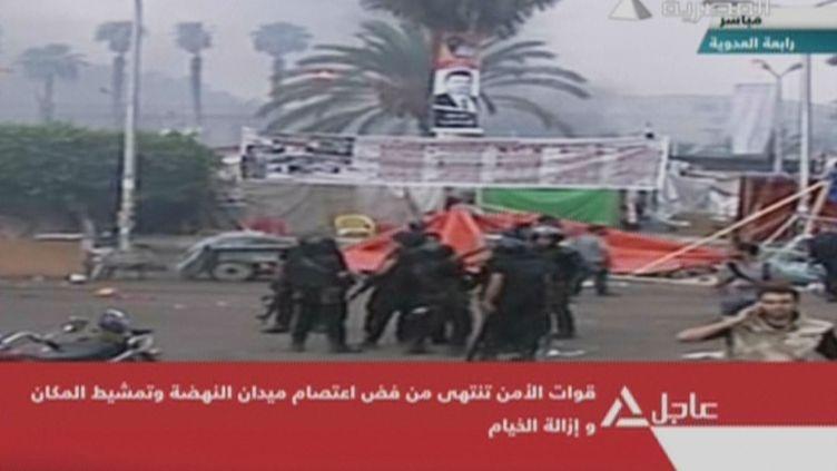 Les images de la télévision égyptienne montrent l'intervention des forces de l'ordre pour déloger les pro-Morsi des places qu'ils occupaient au Caire (Egypte), mercredi 14 août 2013. (EGYPTIAN TV / AFP)