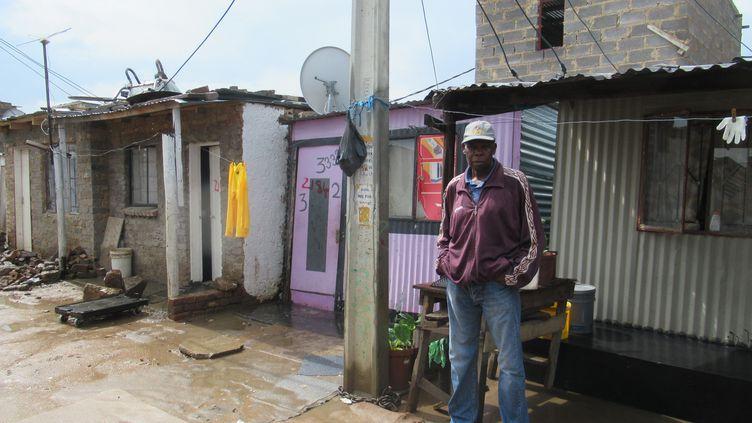 Un habitant du township d'Alexandra, à Johannesburg, le 22 avril 2019 (illustration) (KATE BARTLETT / DPA)