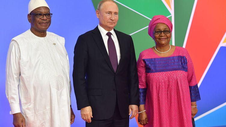 Le président malien Ibrahim Boubacar Keïta (à gauche) et son épouseKeïta Aminata Maïga entourent le président russe Vladimir Poutine lors de la cérémonie de bienvenue du Forum économique Russie-Afrique à Sotchi (Russie), le 23 octobre 2019. (KIRILL KUKHMAR/TASS/SIPA USA/SIPA / SIPA USA)