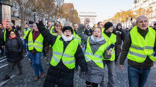 Des manifestants contre la hausse des prix du carburant, samedi 17 décembre, sur lesChamps-Elysees à Paris. (ILAN DEUTSCH / HANS LUCAS / AFP)