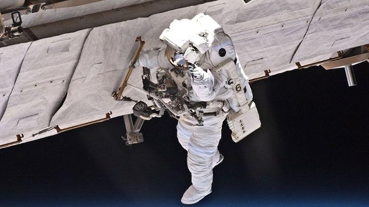 L'astronaute Garrett Reisman contrôle les infrastructures de l'ISS lors d'une sortie dans l'espace en mai 2010 (AFP/HO)